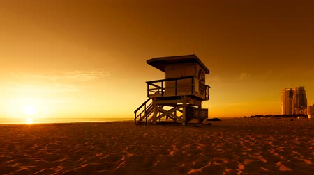 Майами : Lifeguard Hut in South Beach during sunrise, Miami. Vintage colors