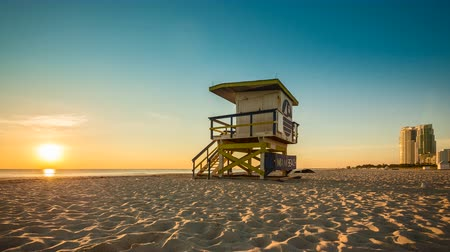 felhőzet : Lifeguard Hut in South Beach during sunrise, Miami Stock mozgókép