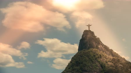 Рио : Reedmen Christ Cristo Redentor in Rio de Janeiro Brazil  Latin America. Time lapse with rolling clouds.Light leak effect.