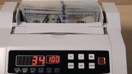 cem : Cash counting machine counts 100 dollar bills Vídeos