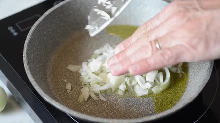 cooking pots : cooking onions