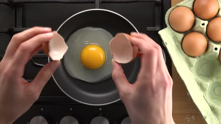woman cooking egg, 4K Стоковые видеозаписи