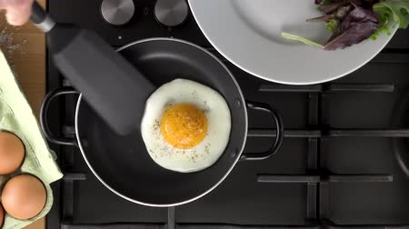 fried egg in pan Стоковые видеозаписи