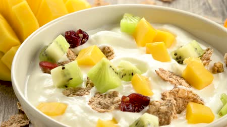 yogurt, cereal and fruit Стоковые видеозаписи