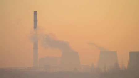 dumanlı sis : silhouette plant with big chimneys in smog Stok Video