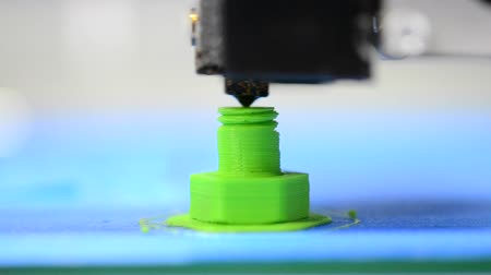impressão digital : HD 1080 3D printer prints from the plastic figure in the form of a bolt Stock Footage