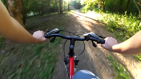 kormányoz : ride a bicycle in the forest action camera Hand rudder Stock mozgókép