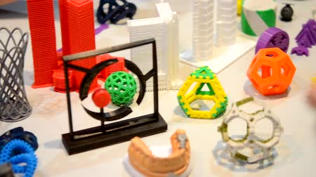 modelagem : Objects printed by 3d printer Bright colorful object. Automatic three dimensional performs plastic modeling. Modern 3D printing technology.