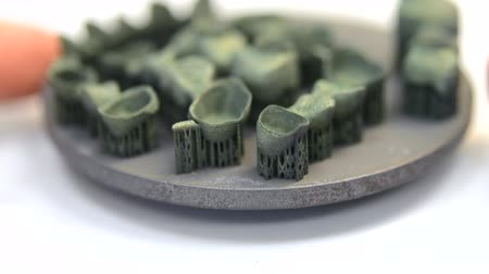 modelagem : Dental stomatological metal crowns and bridges printed on laser sintering machine for metal after heat treatment. 3D printer printing metal. Modern progressive additive technologies. SLS technology.
