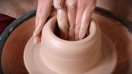esculpir : Woman girl her hands dub wall jug, sculpts out of clay on circle. Workshop on sculpt white clay closeup. Dirty hands in the clay. Making ceramic products. Artistic creative. Craft.