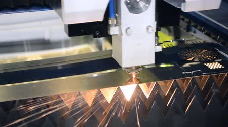 lasersnijden : Fiber laser machines for metal cutting close-up. A laser beam cuts the sheet metal in the manufacture. Industrial technologies, production processes