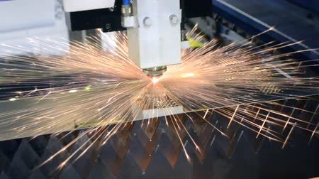 高度な : A laser beam cuts the sheet metal in the manufacture.