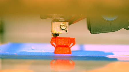 fundido : 3D printer working close up. Automatic three dimensional 3d printer performs plastic. Modern 3D printer printing an object from the hot molten. Concept progressive additive technology for 3d printing.