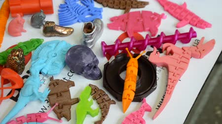 fundido : Models printed by 3d printer. Bright colorful objects printed on a 3d printer on a table close-up. Fused deposition modeling, FDM. Concept modern progressive additive technology for 3d printing.