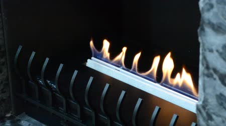 confortável : Modern bio fireplot fireplace on ethanol gas. Smart ecological alternative technologies. Contemporary biofuel on ethanol close-up. Energy saving innovation. Interior inside a house Vídeos