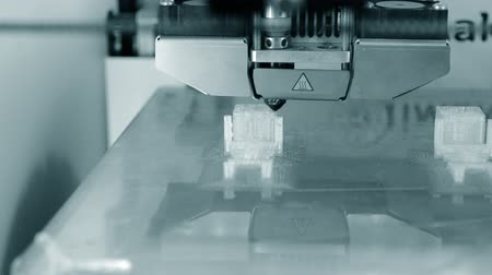 em camadas : 3D printer working. Fused deposition modeling, FDM. 3D printer printing an object from plastic. Automatic three dimensional 3d printer performs plastic. Progressive additive technology for 3d printing