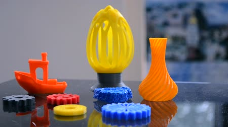 rewolucja : Abstract models printed by 3d printer close-up. Bright colorful objects printed on a 3d printer on table. Progressive modern additive technology. Concept of 4.0 industrial revolution Wideo