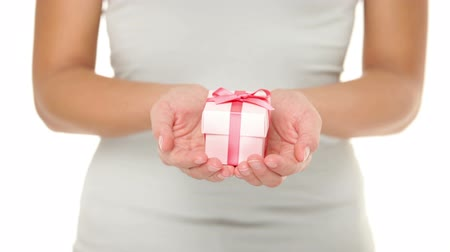 подарок : Hands holding gift  present in isolated on white background. Closeup of Female hands giving the gift. Стоковые видеозаписи