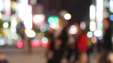 запачканный : People walking in city night background. Pedestrians walking in city night with lights. Out of focus background from busy big city with people crossing street. Tokyo, Japan.