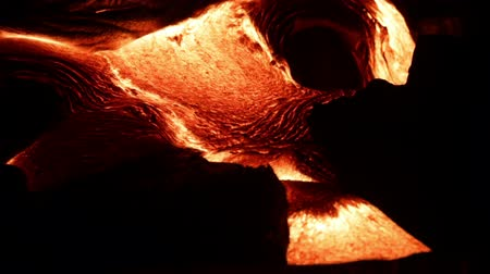 volkan : Flowing lava close up, Lava - Kilauea volcano, Hawaii. Lava stream flowing in real-time from Kilauea volcano around Hawaii volcanoes national park, USA.