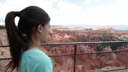 kaland : Hiker woman in Bryce Canyon hiking looking and enjoying view during her hike. Bryce Canyon National Park landscape, Utah, United States. Stock mozgókép