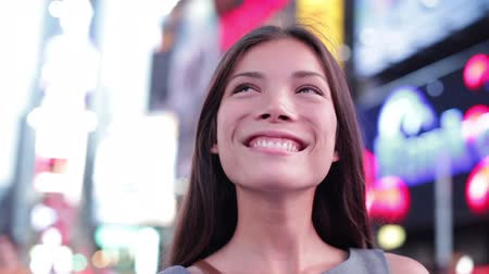 smíšené rasy osoba : Business woman looking around and walking on Times Square, New York City at night. Beautiful young multiracial businesswoman on Manhattan, USA. Asian Caucasian mixed race woman.