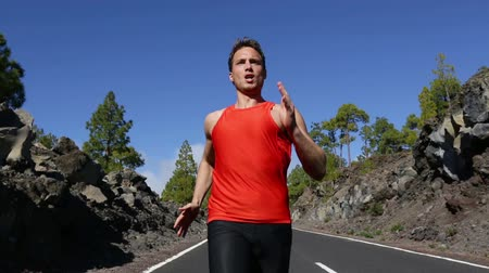 corrida : Running runner man training fast at speed. Close up of fit male athlete working out outside on road in summer. Fit muscular Caucasian man sprinting. Real time. Vídeos