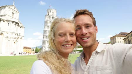 zakochani : Young couple happy having fun selfie on travel to Pisa. Tourists traveling by The Leaning Tower of Pisa. Beautiful laughing couple in love on romantic holidays vacation. Tower of Pisa, Tuscany, Italy.
