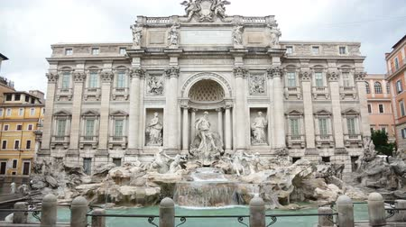 szökőkút : Trevi Fountain, Rome, Italy. Famous Italian landmark and tourist attraction.