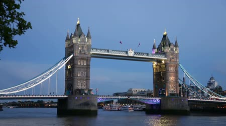 wielka brytania : River Thames and Tower Bridge near Tower of London at night, London, England, United Kingdom.