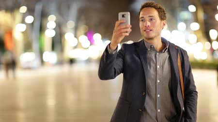 gotículas : Smart phone Man taking photo with phone at night. Young casual professional business man taking picture with camera phone with flash on smartphone.