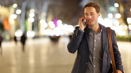 gündelik kıyafetler : Smartphone man talking on smart phone at night on walking street. Handsome young casual business man talking on mobile cell phone smiling happy wearing suit jacket outdoors.