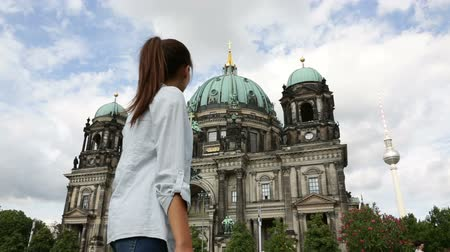 germania : Donna che cammina a Berlino in Germania. Casual ragazza di fronte alla Cattedrale di Berlino  Berliner Dom con Fernsehturm  Berlino Torre della TV in sottofondo. Asian donna caucasica Filmati Stock