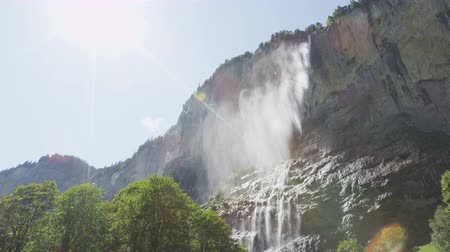 destinace : Waterfall in Swiss alps, Staubbach falls Switzerland in alpine nature landscape in Lauterbrunnen valley. Tourist attraction destination and landmark in Bernese Oberland, Schweiz, Europe. SLOW MOTION.