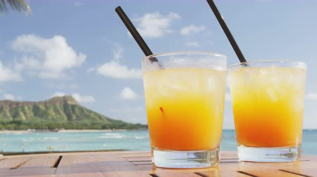 bebida alcoólica : Drinks cocktails on tropical beach. Alcoholic drink close up on Waikiki Beach, Oahu, Hawaii. Typical Hawaiian Mai Tai Drinks.