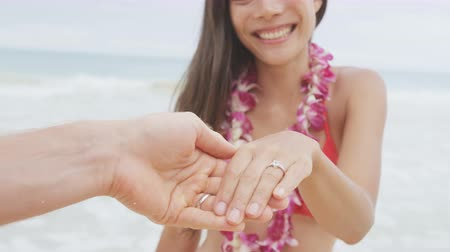 öneri : Marriage proposal casual couple beach wedding concept. Man proposing to girlfriend during holiday travel. Young lovers in love. RED EPIC SLOW MOTION.