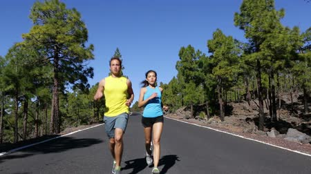 ćwiczenia : Healthy Lifestyle Concept - Fit Young Couple Running at the Empty Street on One Sunny Morning. Wideo