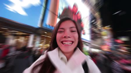 quadrado : Selfie happy woman tourist taking selfportrait video having fun in New York City, Manhattan, Times Square. Girl traveler taking selfie joyful smiling. Multiethnic Asian Caucasian woman in her 20s.