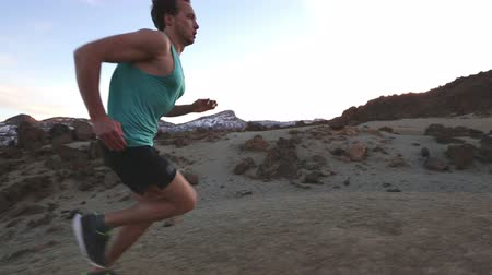 kimerül : Running man Running man runner working out jogging at high speed during high intensity interval training workout outdoors in amazing desert mountain nature landscape. Healthy active lifestyle people.
