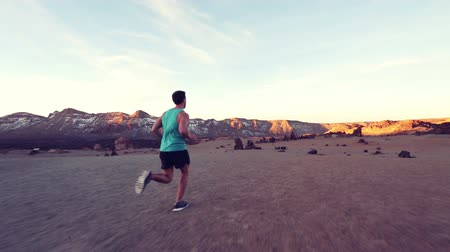 estilo de vida : Runner. Full length of sporty young man running on nature landscape. Male runner is in sportswear. He is representing his healthy lifestyle. Vídeos