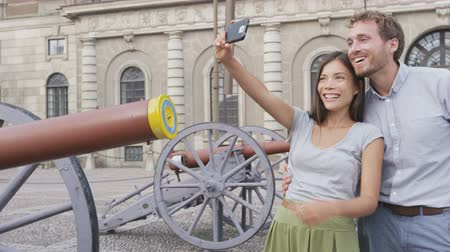 estocolmo : Tourists taking selfie pictures with smartphone by Stockholm Royal Palace, Sweden, Europe. Happy tourist people visiting landmark attractions in Gamla Stan, the old town of Stockholm
