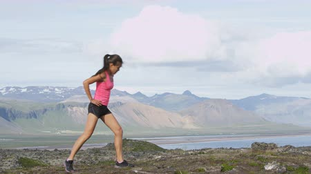 kaybediyor : Fitness girl doing lunges exercise in nature. Female sport model exercising doing front forward lunge training legs and glute outside in beautiful landscape on Iceland. Stok Video