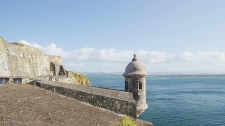 ruiny : Puerto Rico tourist destination Landmark  castle El Morro, Castillo San Felipe Del Morro in Old San Juan. Main tourist attraction and visited by many Caribbean cruise ship tourists on vacation.