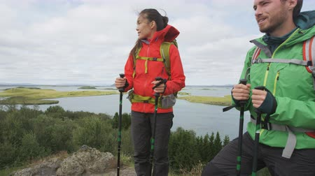 поход : Hikers enjoying view of nature during hiking trek. People on hike in beautiful landscape living healthy active lifestyle. Couple on travel in Lake Myvatn, north Iceland