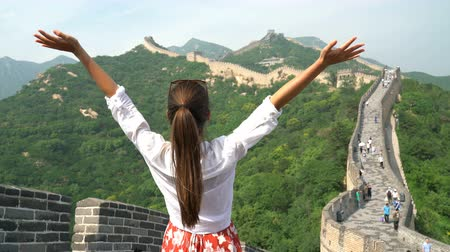 vyhlídkové : Happy cheerful tourist woman at Great Wall of China having fun free in freedom pose with arms up on travel during vacation trip in Asia. Girl visiting and sightseeing Chinese attraction in Badaling Dostupné videozáznamy
