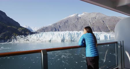 alasca : Alaska cruise ship passenger on balcony looking at glacier in Glacier Bay National Park, USA. Woman on travel vacation sailing enjoying view of Margerie Glacier. Vídeos