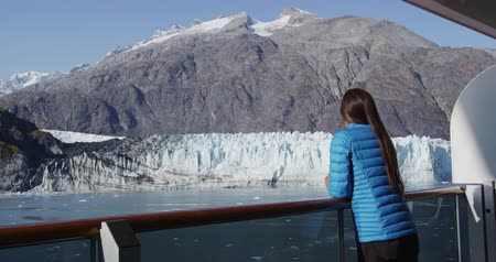 alasca : Travel touist on cruise ship in Glacier Bay, Alaska, USA. Amazing view of glacier landscape on clear blue sky day in summer. Vídeos