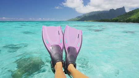 šnorchl : Travel vacation beach concept Snorkel feet snorkeler having fun with pink snorkel fins. Legs closeup of swimmer relaxing on sea background, Happy vacation travel to tropical vacations.