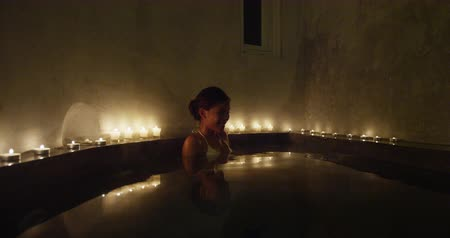 джакузи : Asian bikini woman relaxing in spa jacuzzi going out leaving the hot tub spa treatment. Стоковые видеозаписи