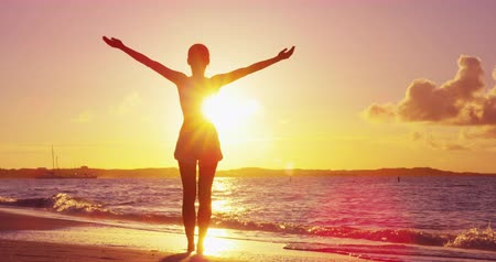 saadet : Freedom woman with open arms silhouette in sunrise against sun flare. Morning yoga girl practicing sun salutation outdoors. Carefree person living a free life. Success freedom happy life concept.